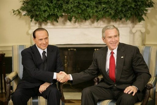 Datei:President George W Bush shakes hands with Italian Prime Minister Silvio Berlusconi.jpg